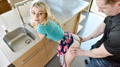 Ninfeta putona dando na cozinha pro funcionário