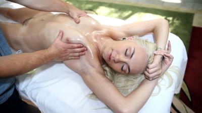 Ninfeta tesuda na massagem bem excitada pedindo pra mamar