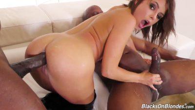 Porno completo com gostosa fudendo com dois dotados