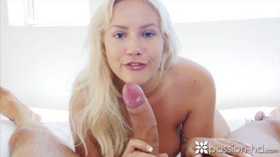 Puta de luxo mamando um pirocão