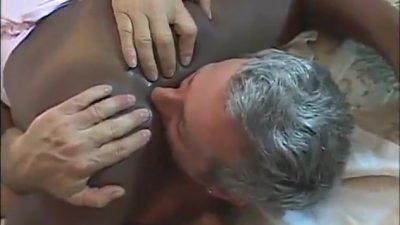 Velho encaçapando as bolas na mulata